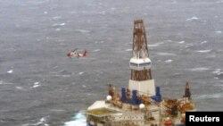 Береговая служба спасения доставляет персонал на платформу Куллук 1 января 2013