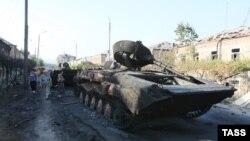 Сожженные бронемашины в Цхинвали (Южная Осетия), 12 августа 2008 года