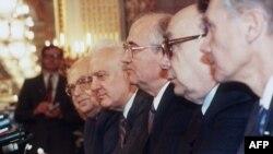 Patru personaje politice cheie: Anatoli Dobrinin, ambasadorul Moscovei la Washington, ministrul de externe sovietic Eduard Shevardnadze, Mihail Gorbaciov și ideologul Aleksandr Iakovlev, la o întîlnire cu liderii Congresului american la Casa Albă
