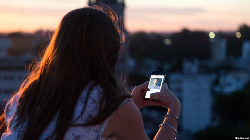 Женщина в Tinder просматривает раздел мужчины
