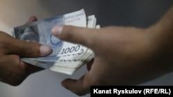 Передача денег. Иллюстративное фото.