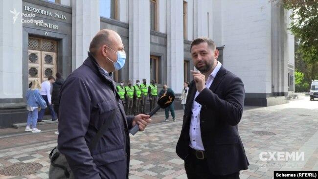 Очільник фракції «Слуг народу» Давид Арахамія підійшов до знімальної групи наступного дня після голосування, щоб розповісти про це, як про перемогу