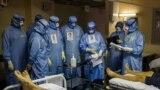 O echipă de medici, într-o unitate de terapie intensivă pentru pacienții cu Covid din spitalul de urgență Moscova Sklifosovsky. Fotografie realizată la data de 20 octombrie 2021.