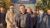 Алматы қалалық полиция департаменті алдында жақтастарымен бірге тұрған тіркелмеген Демократиялық партия жетекшісі, белсенді Жанболат Мамай. 26 қазан 2021 жыл.