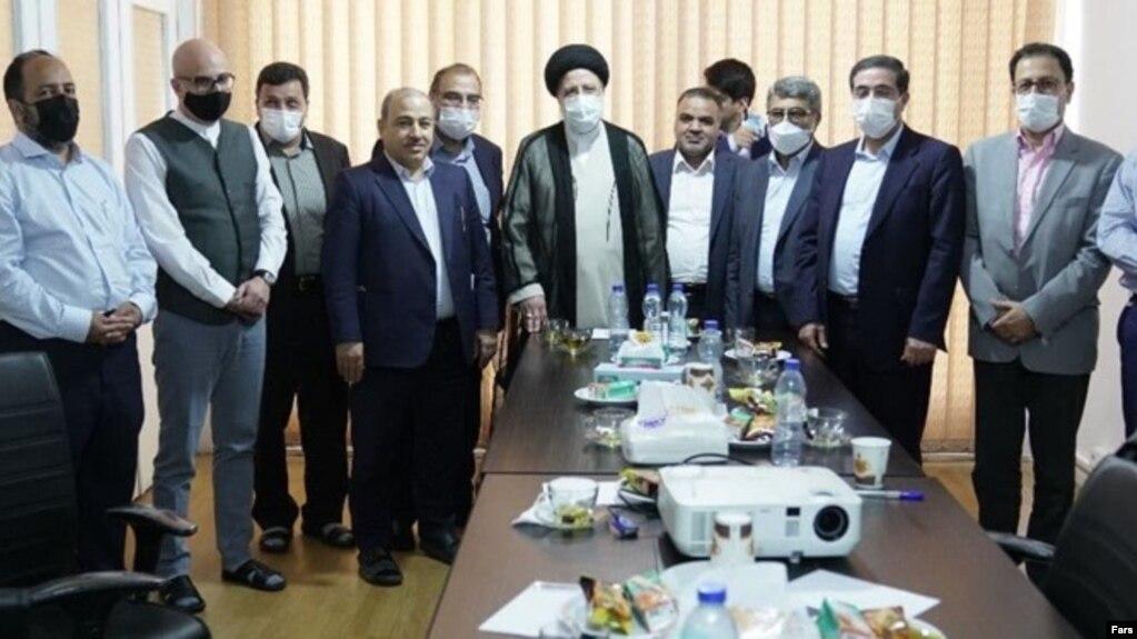 تصویری که خبرگزاریهای ایران از دیدار روز سهشنبه مدیران رسانههای اصلاحطلب با ابراهیم رئیسی منتشر کردهاند.