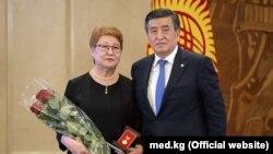 Темиркан Жарматова президент Сооронбай Жээнбеков менен түшкөн архивдик сүрөт.