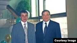 Первый золотой медалист школы Баландин Сергей с президентом (с 2002 по 2010 г.) Республики Саха (Якутия) В.В. Штыровым. Фото из архива школы
