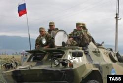 Грузія, 6 серпня 2008 року. Російські військові на адміністративній межі між Південною Осетією та основною частиною грузинської території