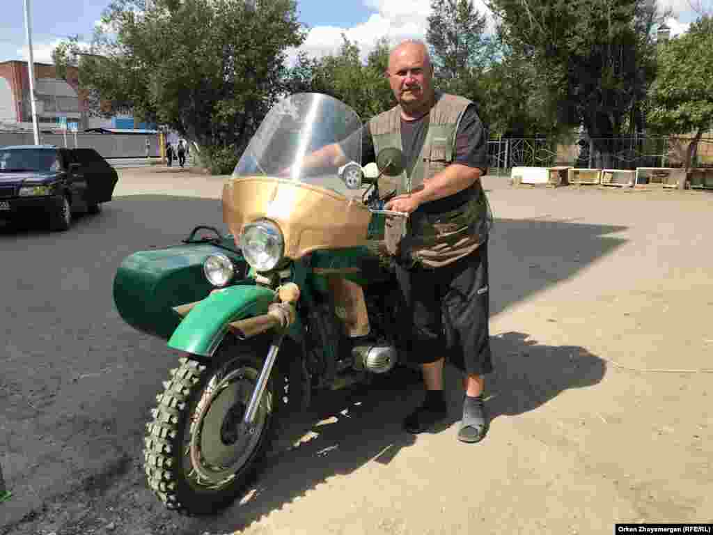 """Совет өкіметі тұсында, 1985 жылы шыққан """"Урал"""" мотоциклін әлі теуіп жүрген Арқалық тұрғыны."""