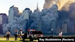 Моментът, в който се срутва втората кула на Световния търговски център.