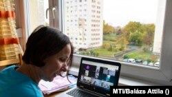 Palkovics Borbála, az Arany János gimnázium angoltanára online tanórát tart 9. osztályos diákjainak nyíregyházi otthonában, 2020. november 11-én