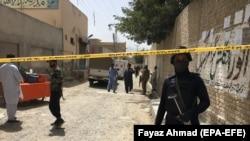 Архива- Пакистански безбедносни службеници вршат увид на место на експлозијата во Квета, главниот град на провинцијата Балучистан. 16.07. 2021.