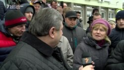 Protesters In Belarusian City Meet Regional Official, Call For Better Work Conditions