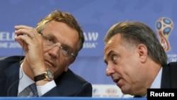 Генеральный секретарь ФИФА Джером Вальке (слева) на пресс-конференции. Санкт-Петербург, июль 2015 года
