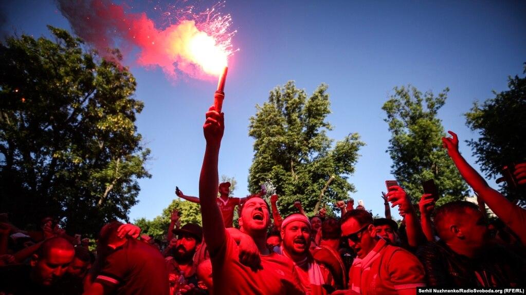 Болельщики Ливерпуля с факелом перед матчем Лиги чемпионов Ливерпуль-Реал Мадрид в Киеве 26 мая.