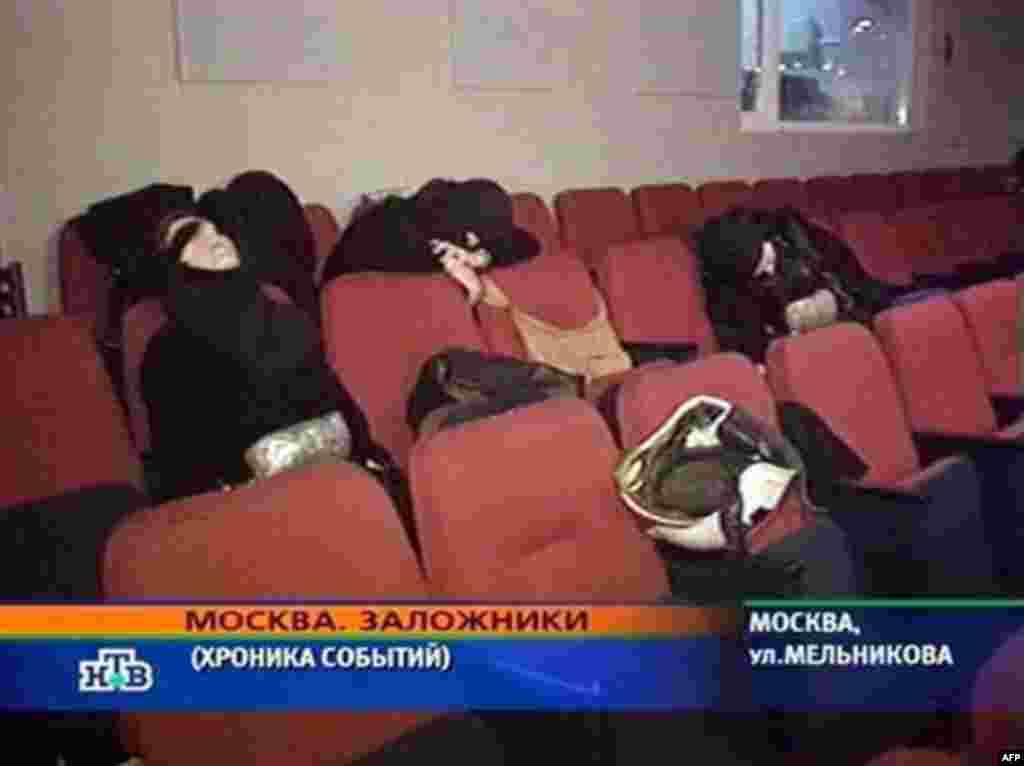 Тіла отруєних невідомим газом нападників. Кадр із відеозйомки ФСБ Росії, 26 жовтня 2002 року. Від цього газу померли і 130 заручників.