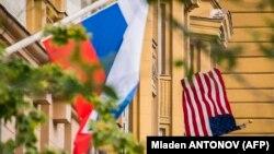 پرچم برافراشته روسیه در ساختمانی چسبیده به سفارت آمریکا در مسکو.