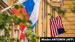 Руското знаме се вее во близина на амбасадата на САД во Москва.