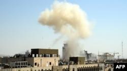 Damaskyň Marjeh etrabyndan goýy duman çykýar. 30-njy aprel, 2013 ý.