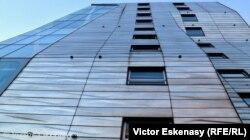 """Vedere de pe """"High Line"""" a uneia din clădirile contemporane de mare efect"""