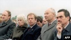 De la stânga la dreapta, Marian Calfa, primul prim-ministru postcomunist al Cehoslovaciei, Olga Havlova, Vaclav Havel, Alexander Dubcek, and Karel Schwarzenberg în Praga la slujba papei Ioan Paul II during his visit to Czechoslovakia (aprilie 1990).