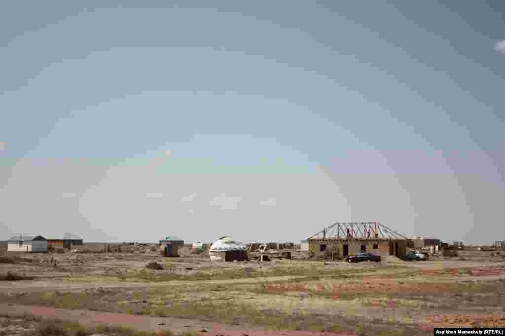 Новые дома в Акае строятся без проведения водопровода и света.