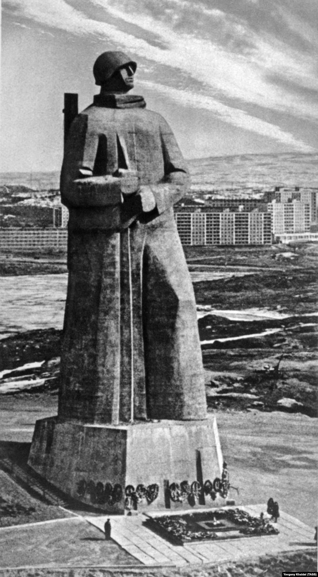 """35-метровый монумент Неизвестному солдату в Мурманске, сфотографированный Халдеем на закате его карьеры, в 1990 году. В 1959-м его взяли на работу в газету """"Правда"""", но в 1976-м снова уволили. Евгений Халдей доживал свои дни в маленькой квартирке в одном из окраинных районов Москвы. Он скончался без малого 20 лет назад, в октябре 1997 года."""