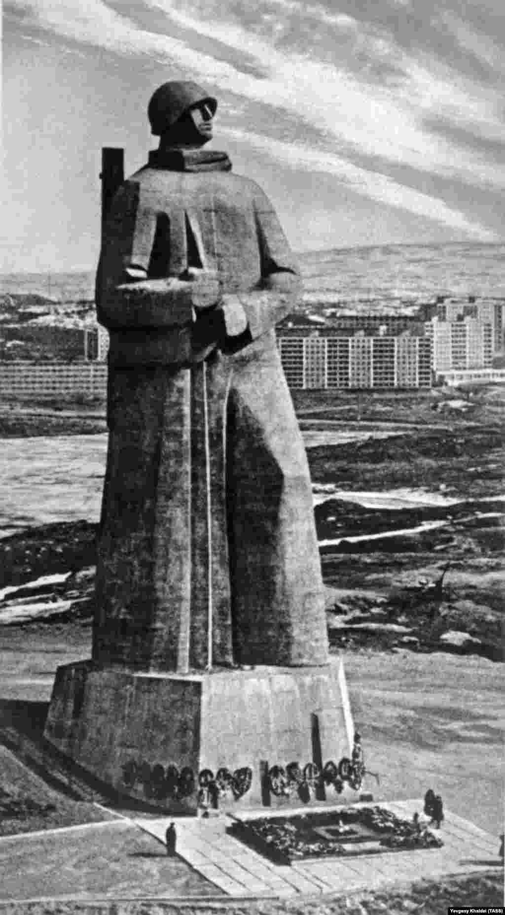 The World War II monument in Murmansk, photographed by Khaldei late in his career. Although he was hired by Pravda, the communist newspaper in 1959, he again lost his position in 1976. The great photographer ended his days in a small apartment in the suburbs of Moscow. He died in 1997.