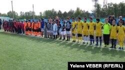 Команды из детских домов на отборочных играх в Караганде. Среди них - команда воспитанников детского дома «Таншолпан». 18 мая 2017 года.