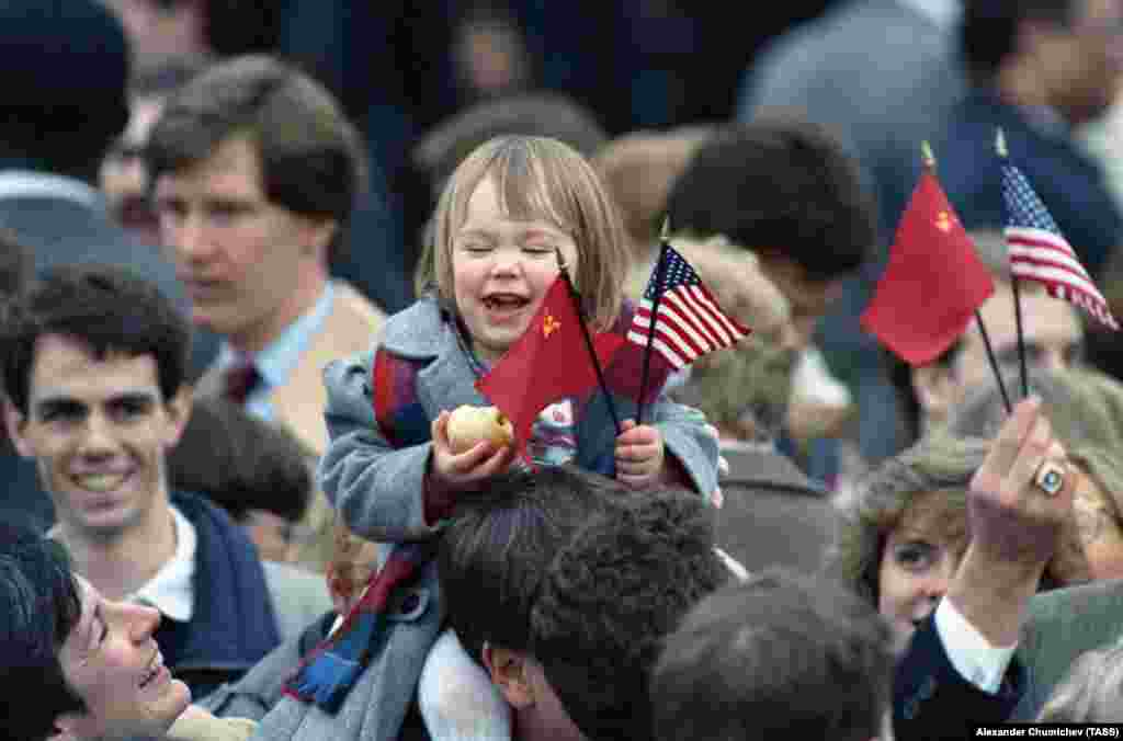 Crowds waving American and Soviet flags during Gorbachev's visit to the White House in 1987.