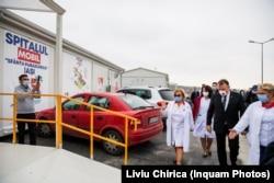 Spitalul din Lețcani a fost încredințat în 2020 Spitalului de Boli Infecțioase din Iași, pe vremea când acesta era condus de doctorița Carmen Dorobăț (stânga), condamnată ulterior pentru luare de mită.