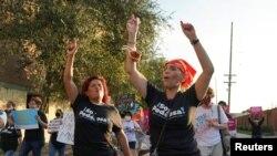 Mary Alvarado, 53 vjeç, dhe Eunice Almaguer, 51, marrin pjesë në Marshin mbarëkombëtar të Grave, i mbajtur në Teksas , SHBA 2 tetor 2021.