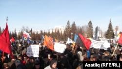 Уфаның Ленин мәйданында каршылык чарасында катнашучылар, 4 февраль 2012