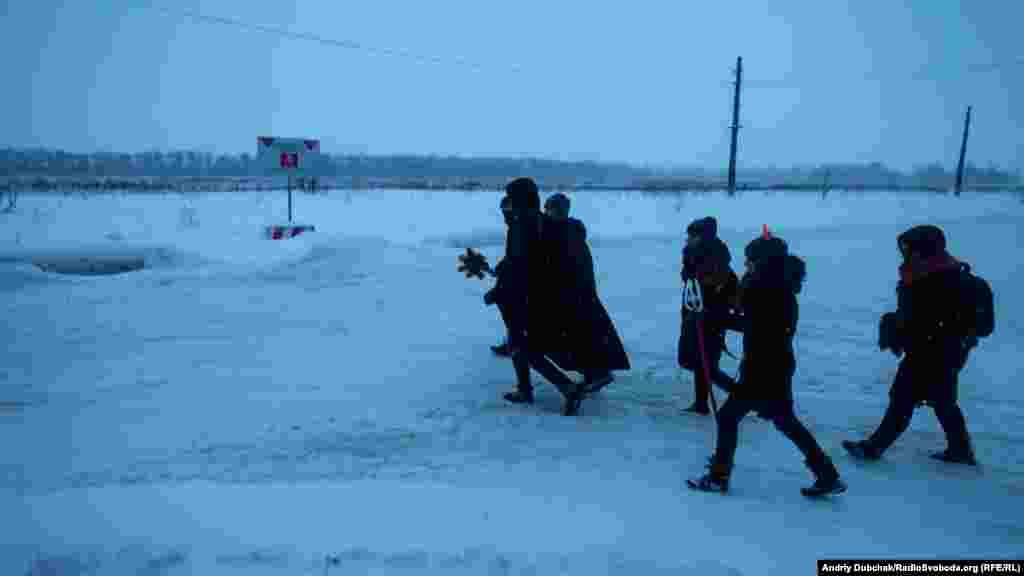 Коли вже майже стемніло, діти пішликолядувати на «стару» Авдіївку. Дорогою пройшли повз заміноване поле за яким передова, а далі – Донецький аеропорт