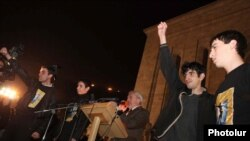 Освобожденные молодые активисты принимают участие в митинге АНК. Ереван, 9 ноября 2010 г.