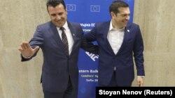 Yunanıstannın baş naziri Alexis Tsipras (sağda) və Makedoniyanın baş naziri Zoran Zaev