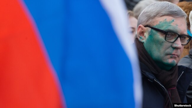 Russian opposition figure and former Prime Minister Mikhail Kasyanov was attacked with zelyonka during a rally to remember the memory of murdered Kremlin critic Boris Nemtsov in February.