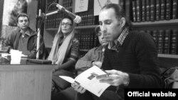 یوسف انصاری (نفر اول از راست) در یکی از نشست های مربوط به نقد کتاب خود با عنوان «امروز، شنبه»