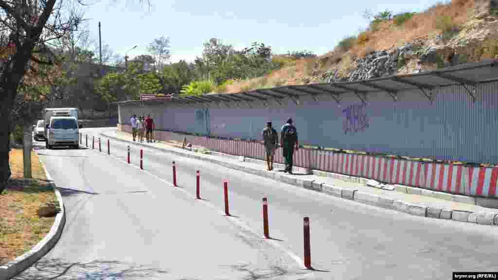 Уздовж вулиці Капітанської встановлений паркан із козирком для захисту пішоходів