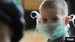 A boy wears a surgical mask in the Russian city of Cita.