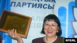 """""""Азаттық"""" сыйлығының лауреаты Бақыт Түменова.Алматы, 19 қаңтар, 2009 жыл."""