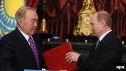 Президент Казахстана Нурсултан Назарбаев (слева) и президент России Владимир Путин во время церемонии подписания двухсторонних соглашений. Москва, 24 декабря 2013 года.