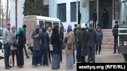 Родственники задержанных актюбинцев рядом со зданием суда. Актобе, 25 ноября 2013 года.