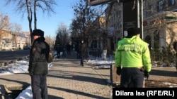 """""""Шеру болады"""" деген орынды бақылап тұрған полиция қызметкерлері. 16 желтоқсан Шымкент 2019 жыл."""