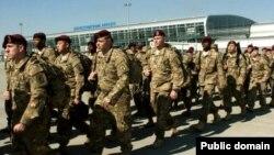 Американські військові в міжнародному аеропорті Львова, 17 квітня 2015 року