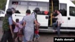 """""""Фәйзрахманчы""""ларның балаларын тартып алганда эчке эшләр идарәсе төшергән видеодан"""