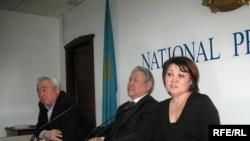 Төлен Тоқтасыновтың әйелі Алма Оразбекова (оң жақта), Серікбослын Әбділдин (ортада) және Сейтқазы Матаев. Алматы, 24 қараша 2008 ж.