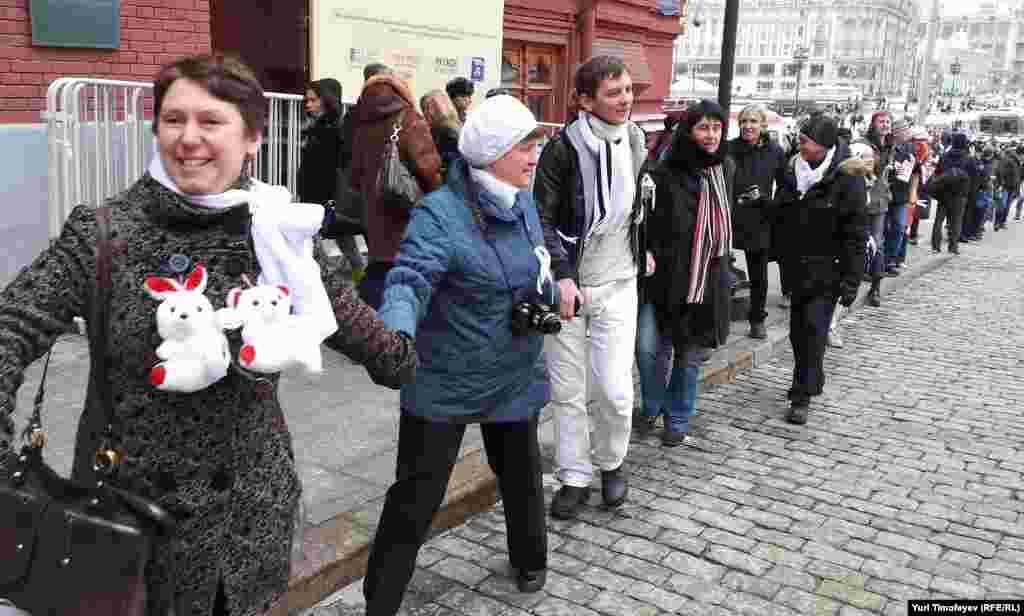 """""""Белые ленты"""" водят хоровод у знака нулевого километра у Красной площади. Скандируют «Россия без Путина»."""
