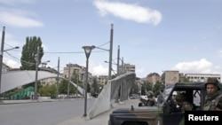 Војници на КФОР пред мостот на реката Ибар во етнички поделената Митровица.