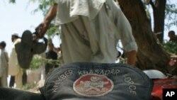 Жарылыс болған жердегі пәкістандық полиция қызметкерінің бас киімі. Пешавар аймағы, Пәкістан, 3 маусым 2011 жыл.